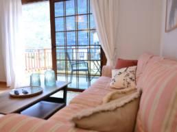 Calma Suites salón y balcón